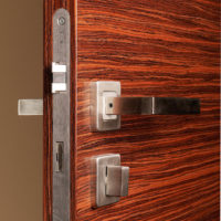 Bezfalcové dveře, vodorovná dýha, detail kliky a zámku