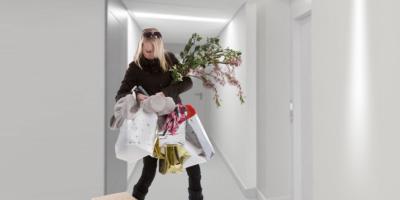 žena hledá klíče, má plné ruce nákupu